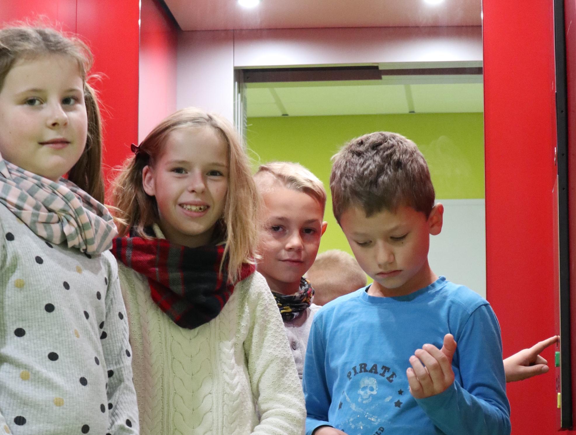 Foto: Kinder der Schule vor dem neuen Fahrstuhl, Bilder von der neuen Schule